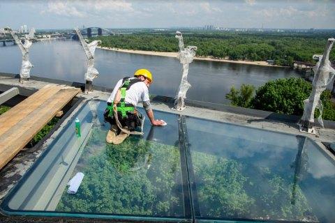 Кличко проверил на прочность стеклянный пол на площадке моста через Владимирский спуск