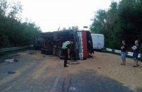 На трассе Ульяновка - Николаев столкнулись три грузовика и микроавтобус, погиб один из водителей