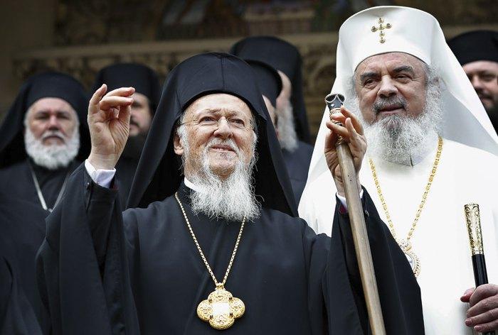 Вселенский Патриарх Варфоломей I и румынский патриарх Даниил(справа) благословляет верующих после мессы в патриаршем соборе в Бухаресте, Румыния, 23 ноября 2018.