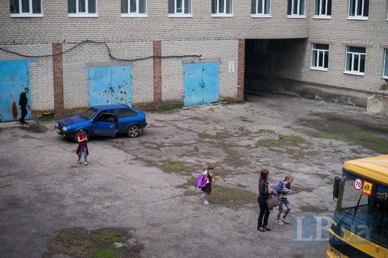 На стіні школи в Новолуганському, попри ремонт, досі є сліди від обстрілів