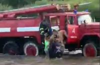 На Закарпатті рятувальники витягли з води трьох дітей, яких ледь не змило рікою