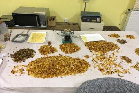 Полицейские изъяли 150 кг янтаря в подпольном цехе в Ровенской области