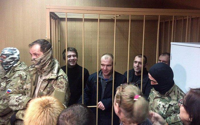 Сергій Чуліба ( в центрі) та інші затримані українські моряки під час засідання суду в Лефортово