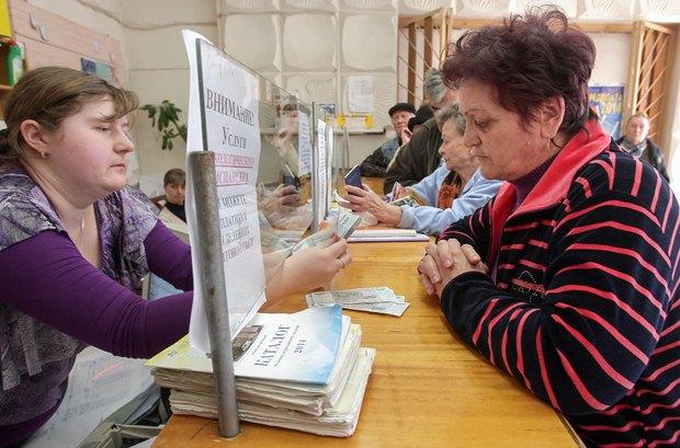 Крымчане получают пенсии в рублях в почтовом отделении Симферополя