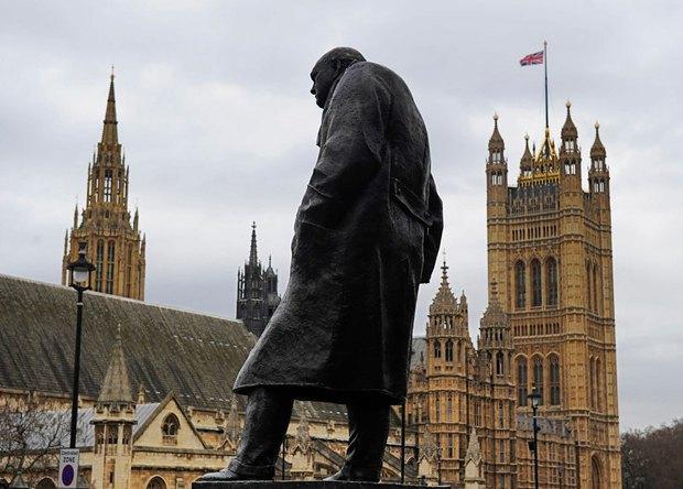 Пам`ятник Черчіллю навпроти будівлі парламенту в Лондоні