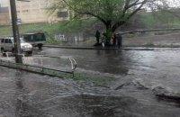 В Киеве из-за дождя на дороге образовалось озеро