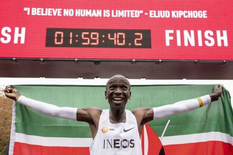 Видео: исторический финиш Кипчоге, который первым выбежал марафон из двух часов