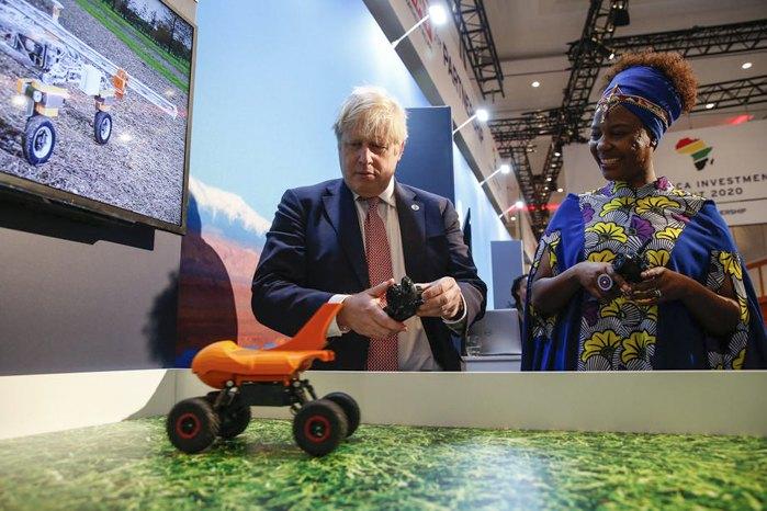 Премьер-министр Борис Джонсон и гендиректор FunKidz Сиру Ваверу Вайтака возле стенда Small Robot Co во время Инвестиционного саммита Великобритания-Африка, Лондон, 20 января 2020