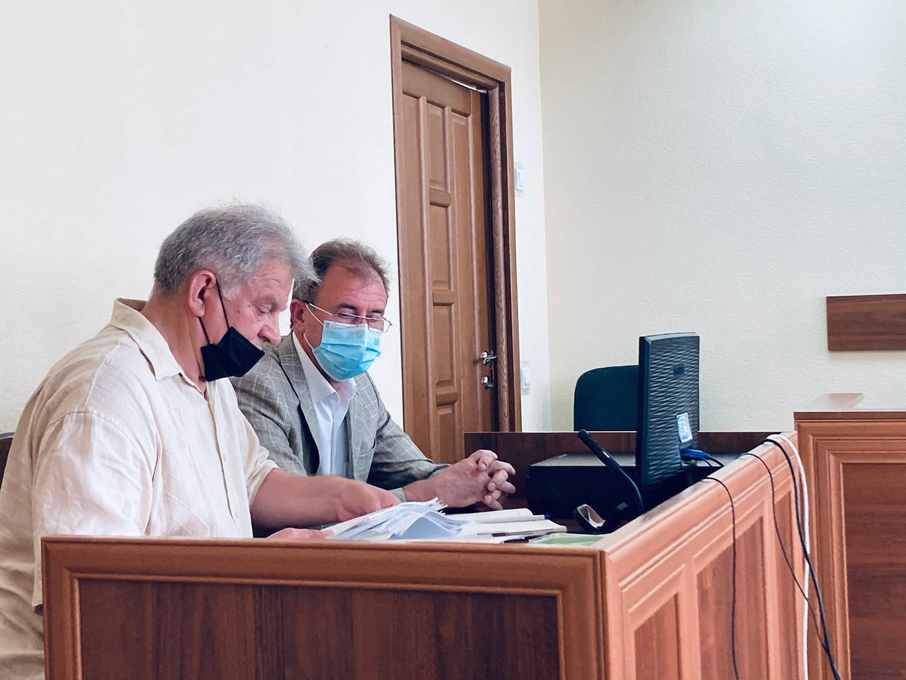 Обвинувачений Олександр Попов та адвокат Микола Карнаух