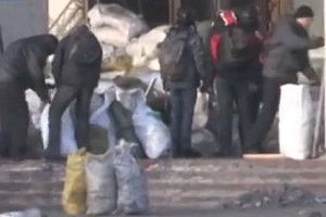 """Активісти звинуватили """"Беркут"""" і Внутрішні війська у знищенні Українського дому"""