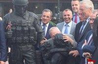 Французский депутат поцеловал памятник оккупанту в Крыму