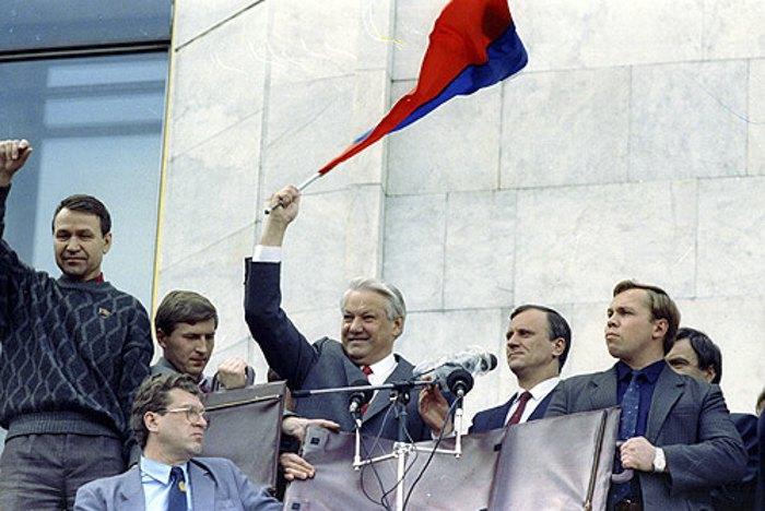 Президент РРФСР Борис Єльцин з прапором Росії під час Серпневого путчу в Москві, 22 серпня 1991 р. Діяльність КПРС була припинена 23 серпня 1991 р, майно конфісковано, 6 листопада 1991 р. партія була заборонена указом Єльцина.