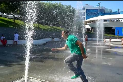 Саакашвілі порадив Зеленському фонтани Одеси і показав, як треба купатись