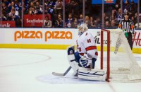 """Водій льодозаливної машини в матчі НХЛ півтора періоду захищав ворота """"Кароліни"""""""