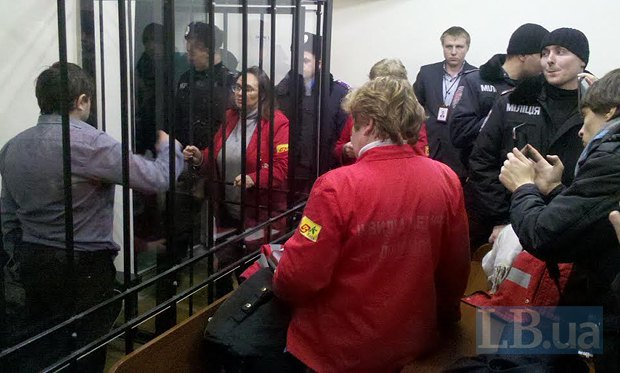 Сотрудники скорой помощи приехали в суд