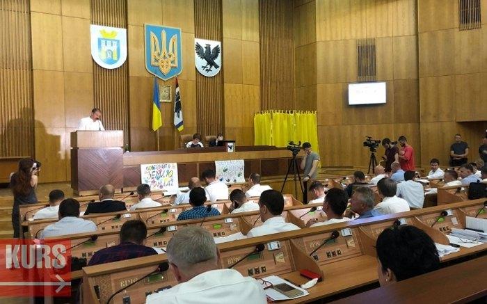 На сесії Івано-Франківської міської ради депутати підтримали Звернення до прем'єр-міністра та міністра освіти щодо неприпустимості пропаганди гомосексуалізму та захисту традиційних сімейних цінностей в системі освіти України.