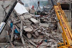 Среди развалин фабрики в Бангладеш нашли живую женщину