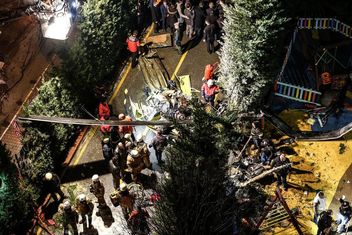 На месте крушения военного вертолета в Стамбуле
