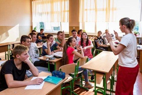 Порошенко: Каждый школьник должен свободно владеть украинским