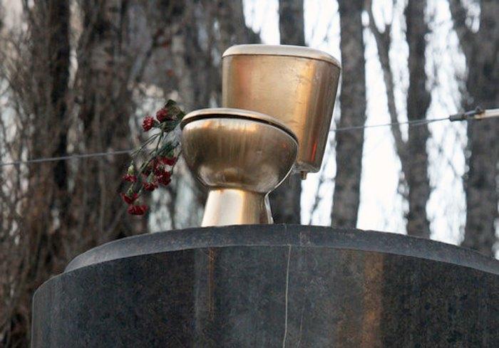 «Золотой унитаз» на постаменте, на котором стоял памятник Ленину в Киеве, 3 февраля 2014.