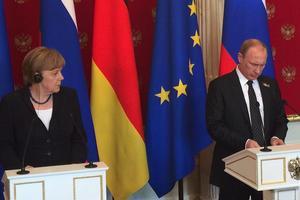 Меркель у присутності Путіна назвала злочинною анексію Криму