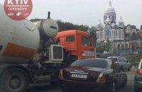 На киевском мосту Патона бетономешалка столкнулась с Maseratti