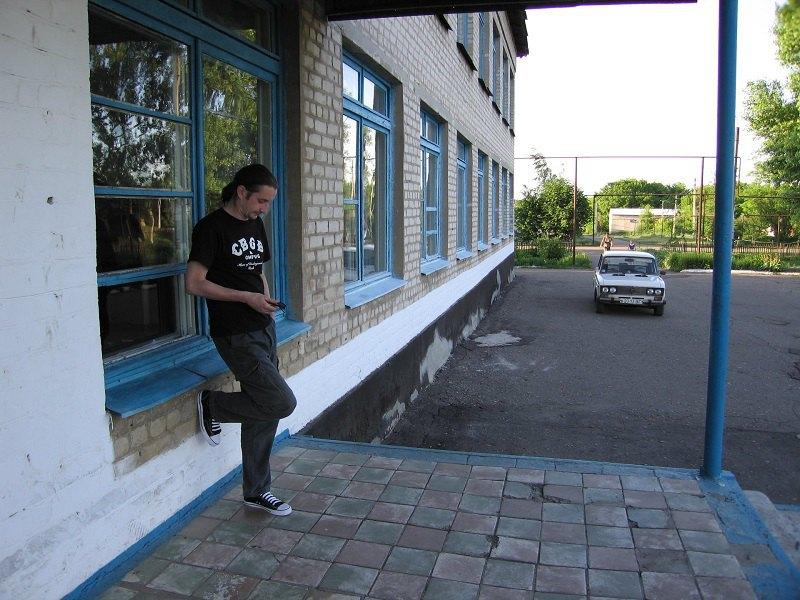 Сергій Жадан біля своєї школи. 2005