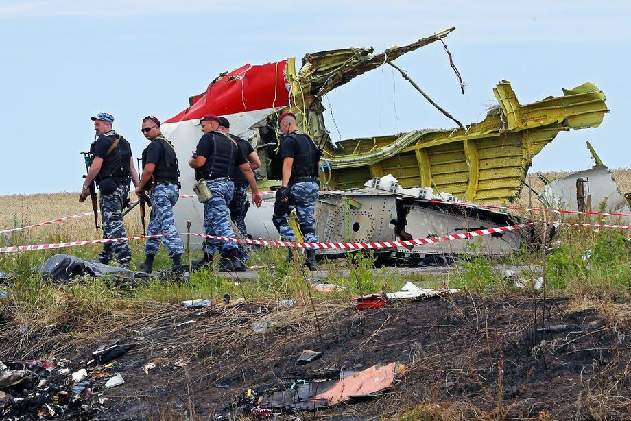 Бойовики на місці катастрофи рейсу Boeing 777 Malaysia Airlines MH17 поблизу Грабового, приблизно 100 км на схід від Донецька, Україна, 19 липня 2014 р.