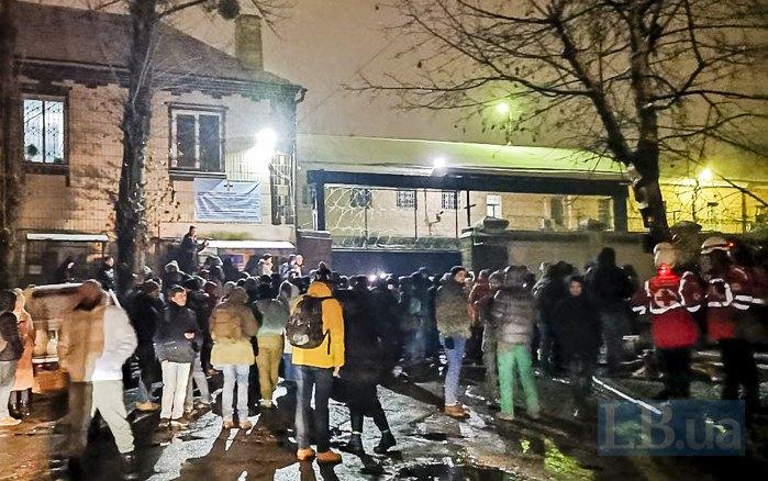 28 грудня люди зібралися під СІЗО, сподіваючись не дати вивезти обвинувачених у розстрілі Небесної сотні Аброськіна, Зінченка та Янишевського