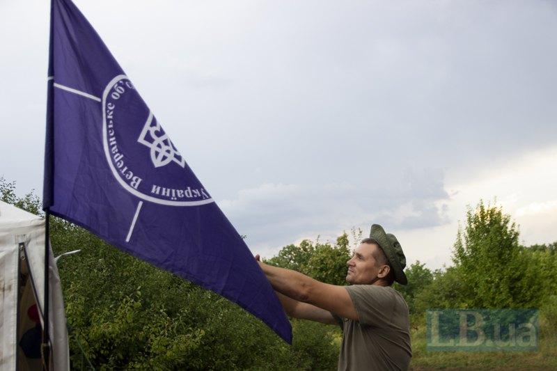 Олександр розрівнює прапор Всеукраїнського об'єднання археологів України.