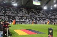 Уболівальники збірної Німеччини попрощалися з Гуммельсом, Мюллером і Боатенгом зворушливим перформансом