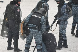 Азаров заявил в Швейцарии, что милиция на Грушевского минимально использует силу
