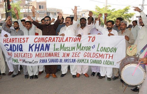 Мусульмане-пакистанцы празднуют победу Хана на выборах