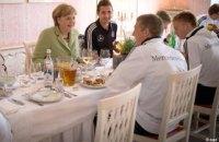 """Меркель """"заглянула на огонек"""" сборной Германии"""