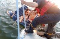 На Дністрі четверо людей ледь не загинули під час купання на надувному матраці