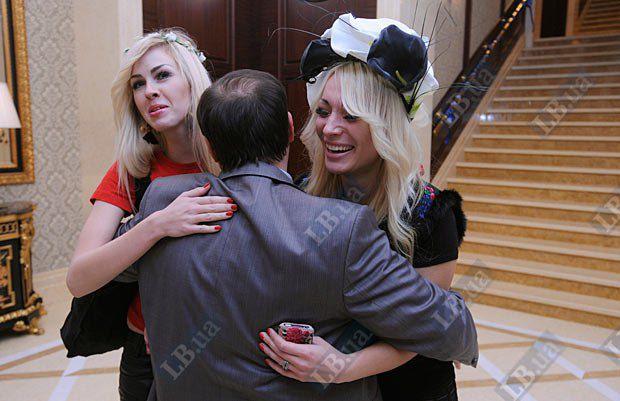 Главный редактор LB.ua Олег Базар и девушки из Femen