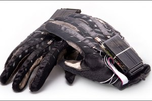 Студенти з Донецька винайшли рукавички, які вміють розмовляти