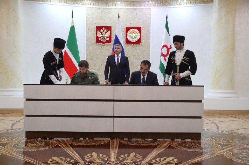 Глава Республики Ингушетия Юнус-бек Евкуров и глава Чеченской Республики Рамзан Кадыров (справа) во время подписания соглашения о границе, 26 сентября 2018.