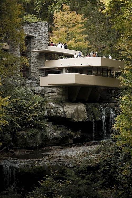 Будинок над водоспадом