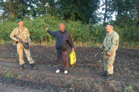 Прикордонники затримали чоловіка з пакетом коноплі, який пішки йшов до Росії
