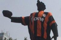 Ахметов приодел памятник в шахтеровскую форму бесплатно
