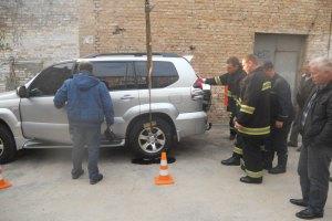 Из-за прорыва теплотрассы в Киеве автомобиль провалился под асфальт