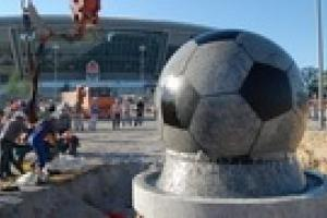 "Перед стадионом ""Донбасс Арена"" установили мяч-рекордсмен"