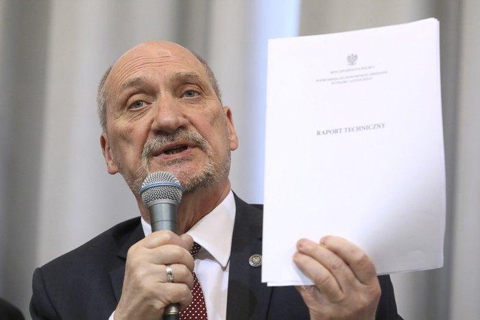 Антоний Мацеревич во время пресс-конференции, где были обнародованы результаты польского расследования авиакатастрофы в Смоленске, Варшава, 11 апреля 2018.