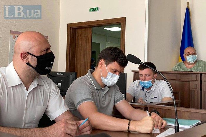 прокурор Ігор Земсков (у білій масці)