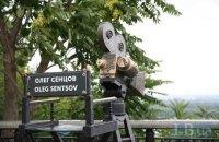 """Скульптуру """"Режисер"""" у Маріїнському парку присвятили Сенцову в день його народження"""