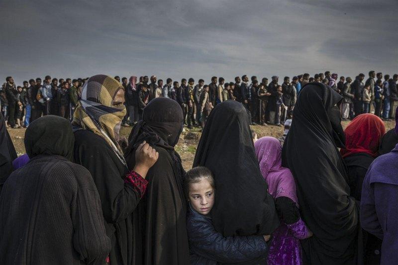 Жители Мосула (Ирак) в очереди за гуманитарной помощью.