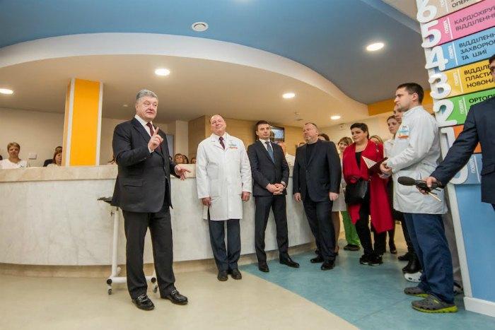 Петро Порошенко в хірургічному корпусі Центру матері та дитини ім. Руднєва.