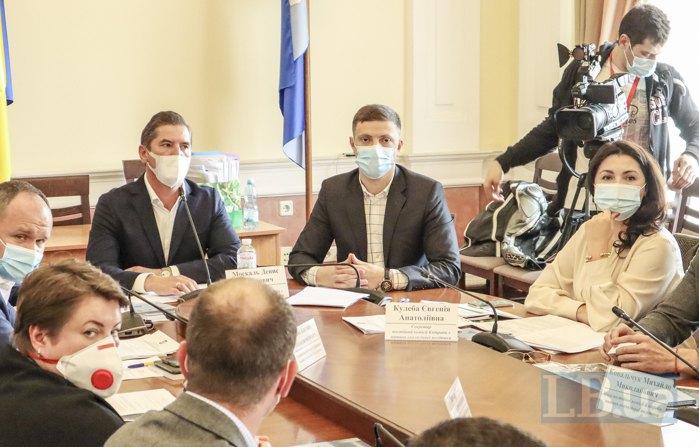 Головуючий Денис Москаль (зліва)