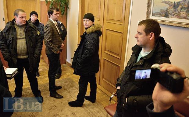 В центре - полицейский, напавший на фотокорра LB.ua. Позже был опопзнан активистами как Григоренко Владимир, один из руководителей Шевченковского РУВД